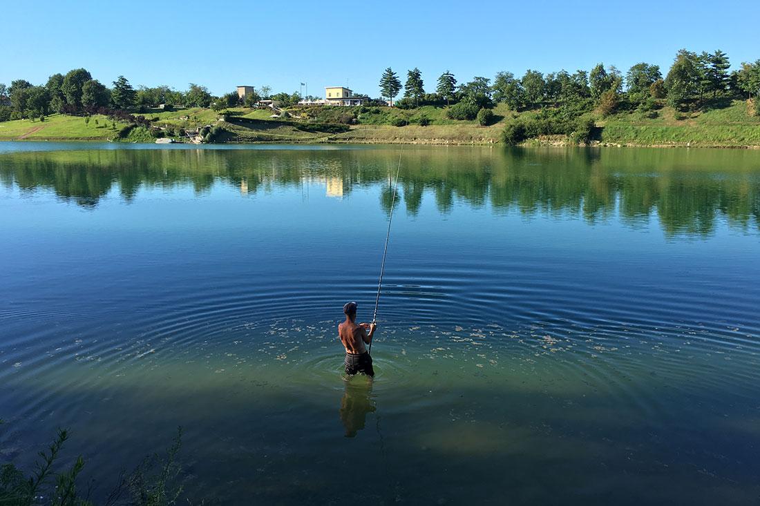 In compagni di scuola che pescano